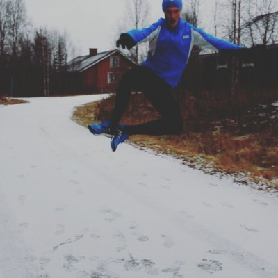 Iloinen hyppivä urheilija