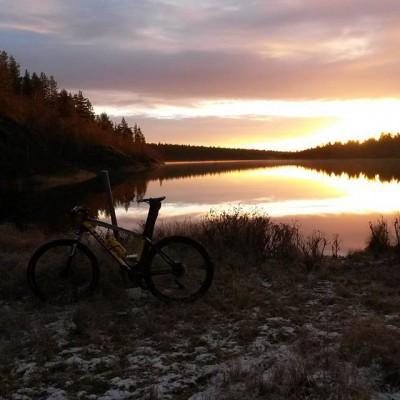 Pyörä järvenrannalla auringonlaskussa